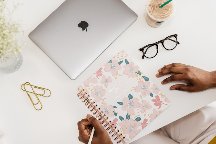 As a busy, working mom it can be challenging to maintain organization while balancing a hectic schedule. The best tip to balance your working mom roles is to get a planner. Read this to learn which planners are best for busy moms. #mommymakesmoneyonline #workingmomtips #gettingorganized
