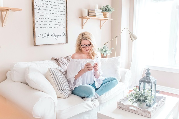 An epic list of mom bloggers to follow this year for inspiration. 10 Inspiring mommy bloggers you need to follow. Mom blog  successful bloggers  mompreneurs  start a mom blog  blogging business  blogging advice   blogging tips