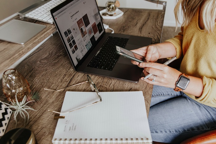 Here is a list of mom bloggers that make money working from home! Mom Bloggers to Follow and Earn $5000 Per Month